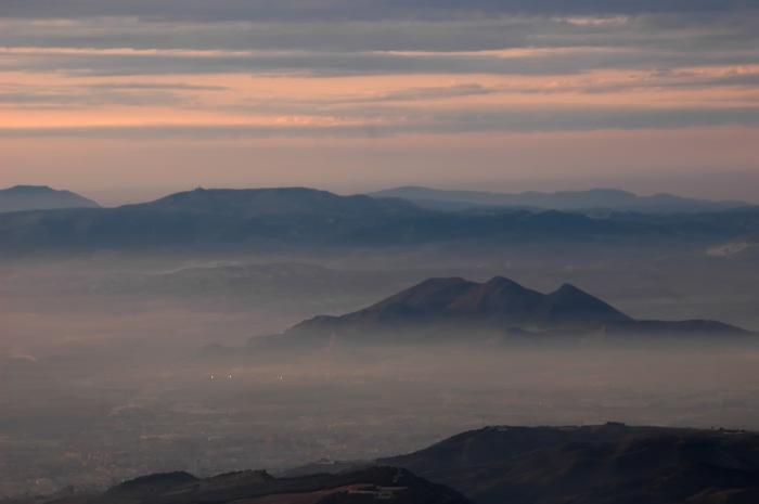 Detalle de la capa de polución y nubes sobre la ciudad de Granada (A.Porcel)