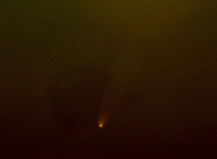 Detalle del cometa McNaught el 12 de enero de 2007 desde el núcleo urbano de Granada (A.Porcel, J.Cano)