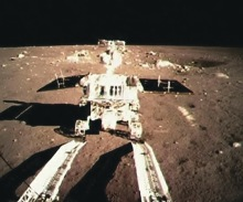 Rover lunar Yutu descendiendo a la superficie lunar