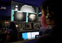 Los miembros del equipo del rover Perseverance Mars de la NASA observan en el control de la misión cómo llegan las primeras imágenes momentos después de que la nave aterrizó con éxito