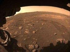 Esta imagen fue capturada mientras el rover Perseverance de la NASA conducía por Marte por primera vez el 4 de marzo de 2021
